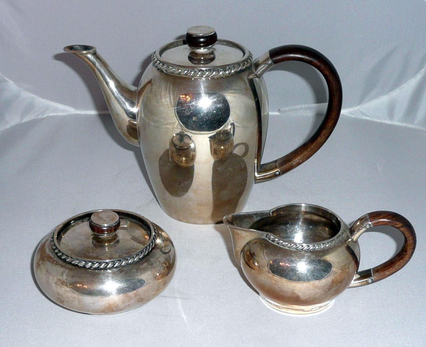 Ezüst kávészervírozó készlet: kávékiöntő, cukordoboz, kis kiöntő