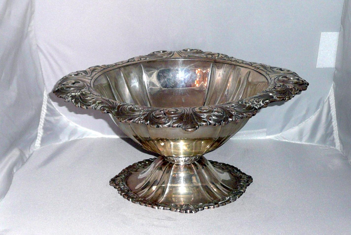 Historizáló ezüst asztalközép szőlőmotívumokkal díszítve