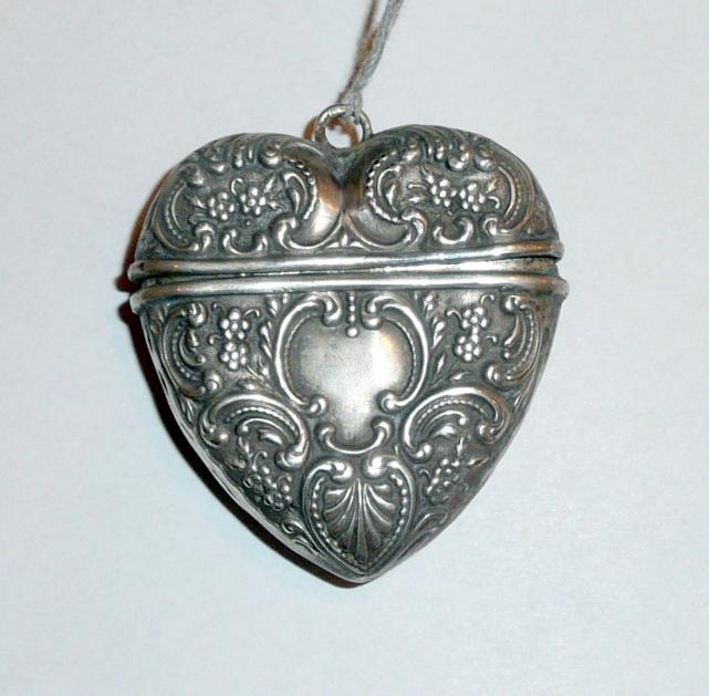 Ezüst, szív alakú szelence