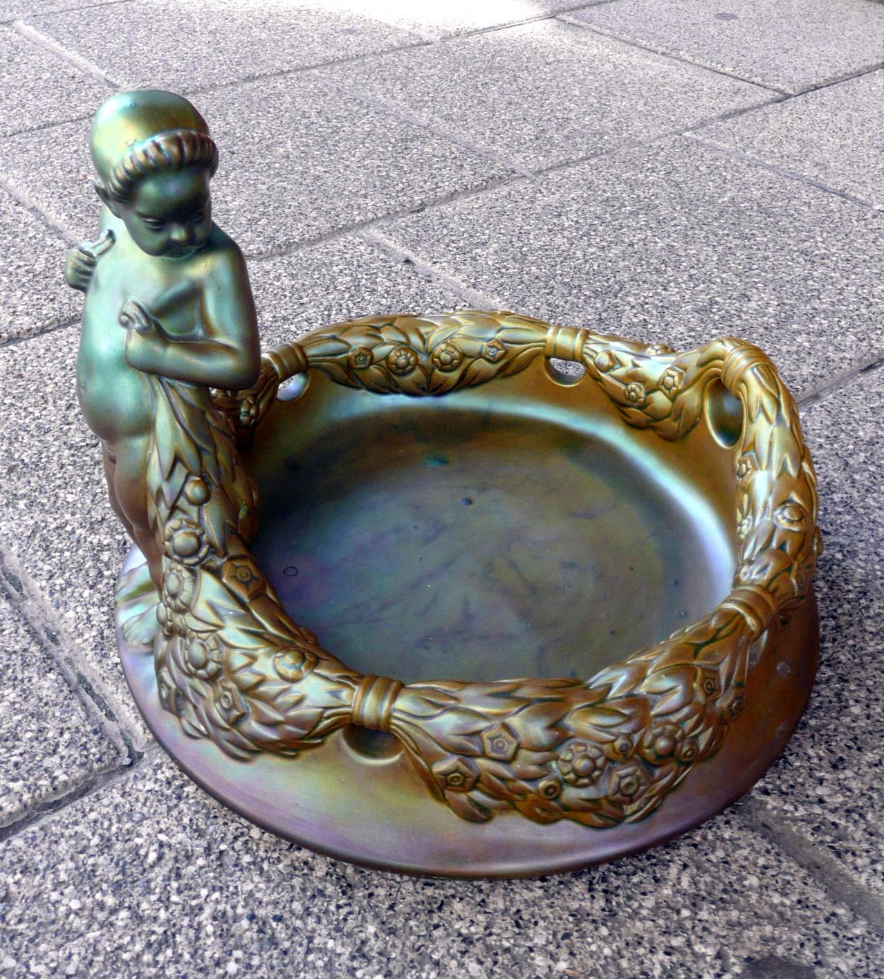 Zsolnay szecessziós stílusú, puttós asztalközép